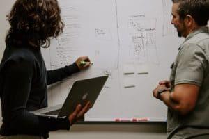 Deux personnes en train d'élaborer et de réfléchir à une stratégie.  Comme le fait un comité stratégique auprès du dirigeant.